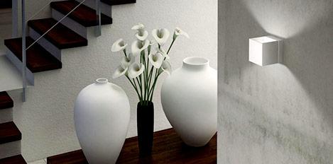 Flur mit Lampe und Vasen