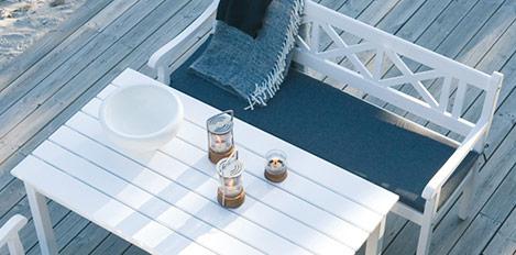 Weisser Tisch und Bank auf einer Terrasse